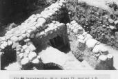 Fondamenti in pietra di una casa adiacente al muro del castello